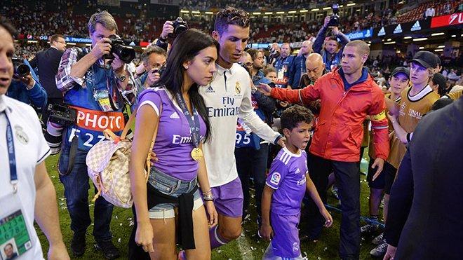Nhu loi hua cat toc, Ronaldo co dua nguoi yeu moi sang Viet Nam du lich? hinh anh 2
