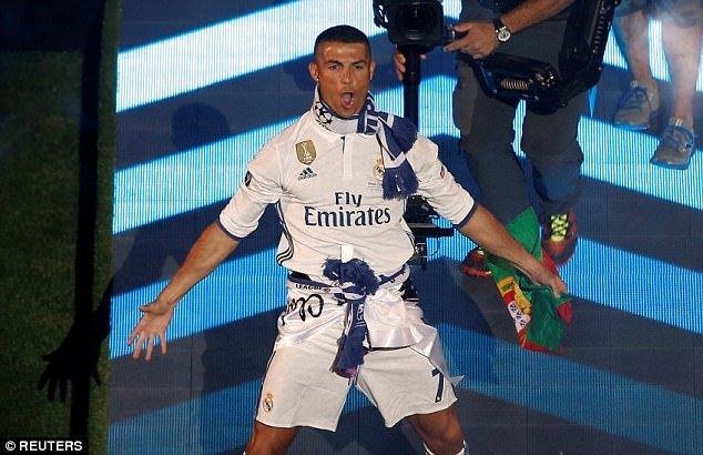 Nhu loi hua cat toc, Ronaldo co dua nguoi yeu moi sang Viet Nam du lich? hinh anh 4