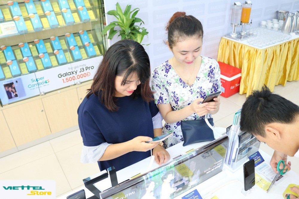Gioi tre do xo di mua dien thoai Samsung trong ngay dau mo ban 'Super Combo 4G' tai Viettel Store hinh anh 3