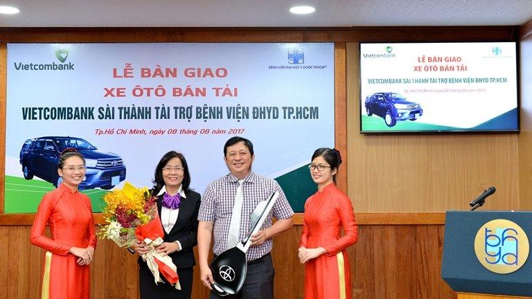 Vietcombank Sai Thanh tang xe chuyen cho trang thiet bi y te kham chua benh cho Benh vien Dai hoc Y Duoc TP.HCM hinh anh 1