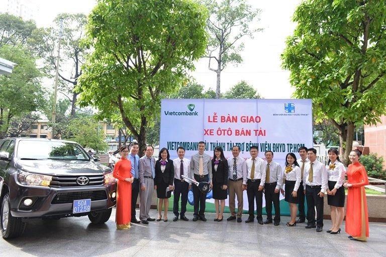 Vietcombank Sai Thanh tang xe chuyen cho trang thiet bi y te kham chua benh cho Benh vien Dai hoc Y Duoc TP.HCM hinh anh 2