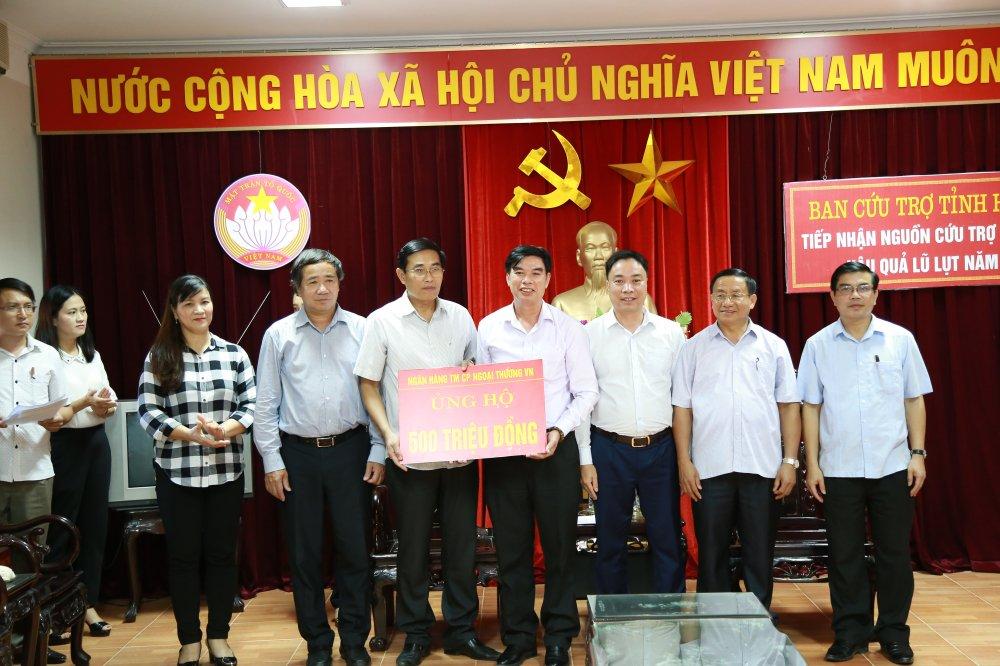 Vietcombank trao 1 ty dong ung ho dong bao mien Trung bi thiet hai do con bao so 10 hinh anh 2