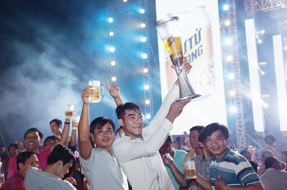 5.000 anh em doi mua tham du 'le hoi bia Su Tu Trang – Nang ly vi chi lon' tai Cao Lanh, Dong Thap hinh anh 2