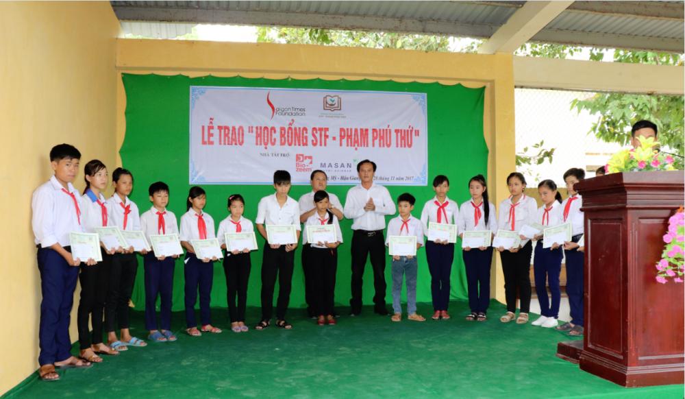 Chuong trinh hoc bong STF – Pham Phu Thu trao tang 120 suat hoc bong cho hoc sinh tinh Hau Giang va Ha Nam hinh anh 1