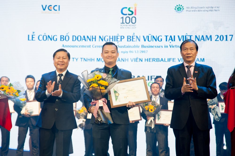 Herbalife duoc vinh danh trong Top 100 'Doanh nghiep phat trien ben vung Viet Nam 2017' hinh anh 1