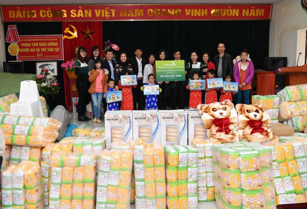 Vietcombank tham, tang qua Trung tam nuoi duong nguoi gia va tre tan tat Thuy An hinh anh 1