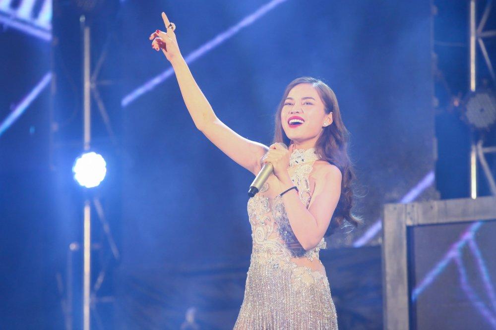 'Chao 2018' - Halong Marine Plaza bung no voi JustaTee, Giang Hong Ngoc, Hanh Sino hinh anh 9