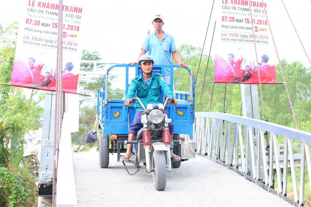 Tra Dr Thanh trao cay cau uoc mo cho ba con Khmer truoc Tet Nguyen dan hinh anh 3