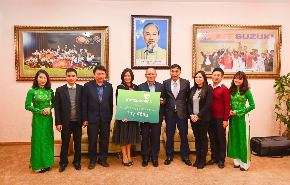 Vietcombank trao so tien 1 ty dong tang doi tuyen bong da U23 Viet Nam hinh anh 2