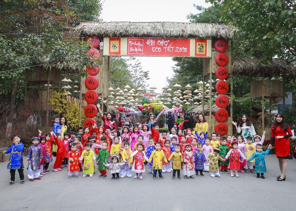 Pose anh sieu xinh tai Cho Tet Ecopark hinh anh 1