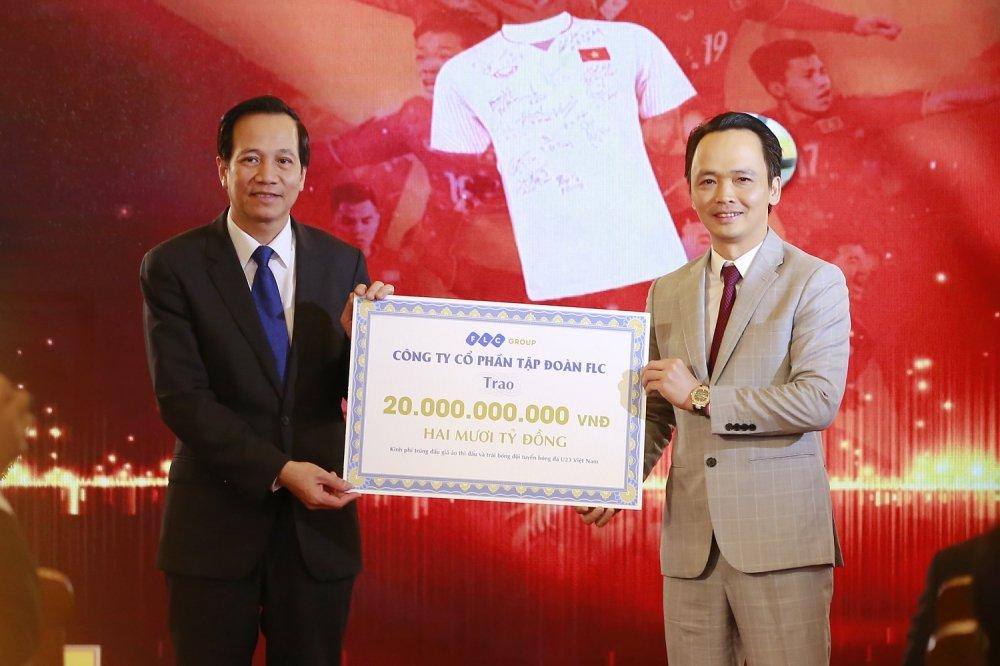 Thu tuong trao 20 ty dong dau gia bong va ao cua U23 Viet Nam tu FLC cho 20 huyen ngheo hinh anh 1