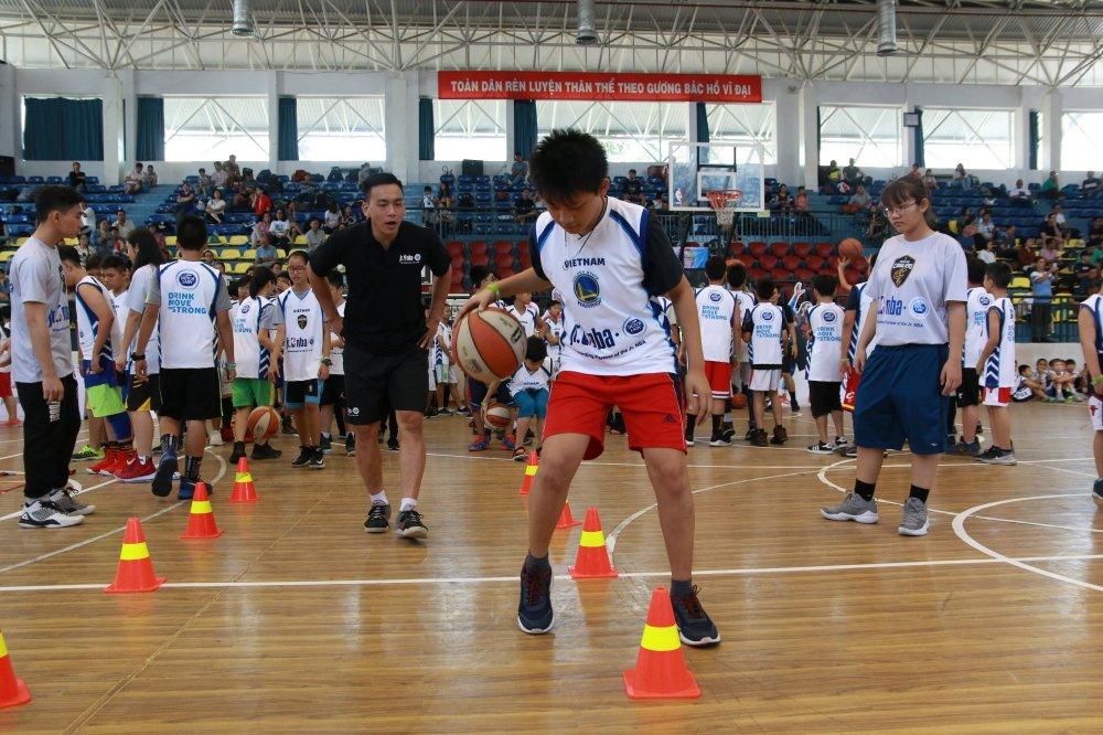 Chuong trinh Jr. NBA Viet Nam lan thu 5 dong hanh boi Sua Co Gai Ha Lan hinh anh 1