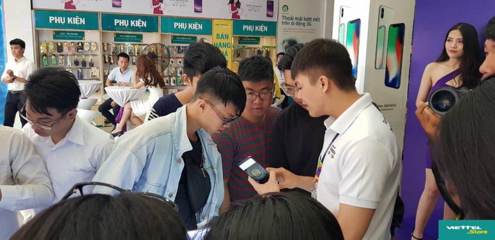 Suc hut cua chuong trinh Tro gia 8 trieu trong ngay dau mo ban Galaxy S9/S9+ tai Viettel Store hinh anh 2