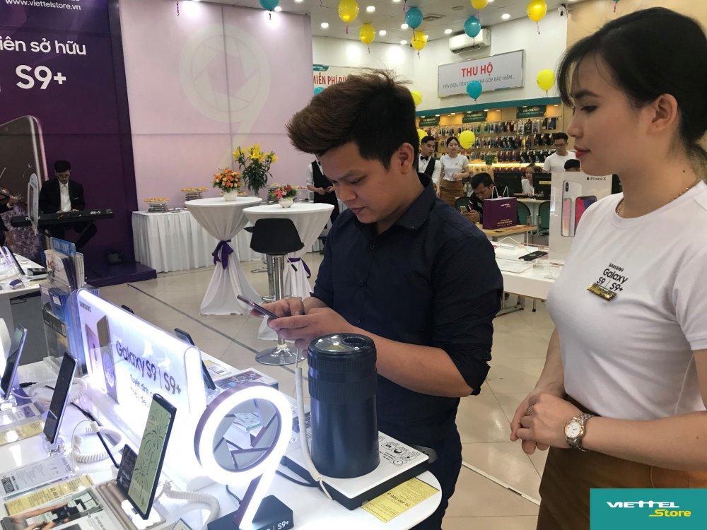 Suc hut cua chuong trinh Tro gia 8 trieu trong ngay dau mo ban Galaxy S9/S9+ tai Viettel Store hinh anh 3