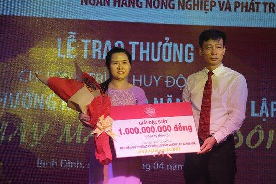 Agribank trao 'Giai dac biet' thu Nhat 01 ty dong cho khach hang hinh anh 1