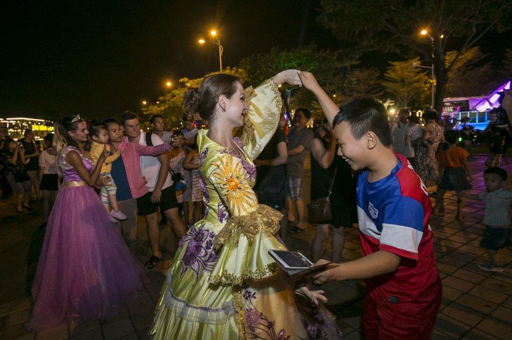 Carnaval duong pho Da Nang se con ruc ro hon nam ngoai hinh anh 12