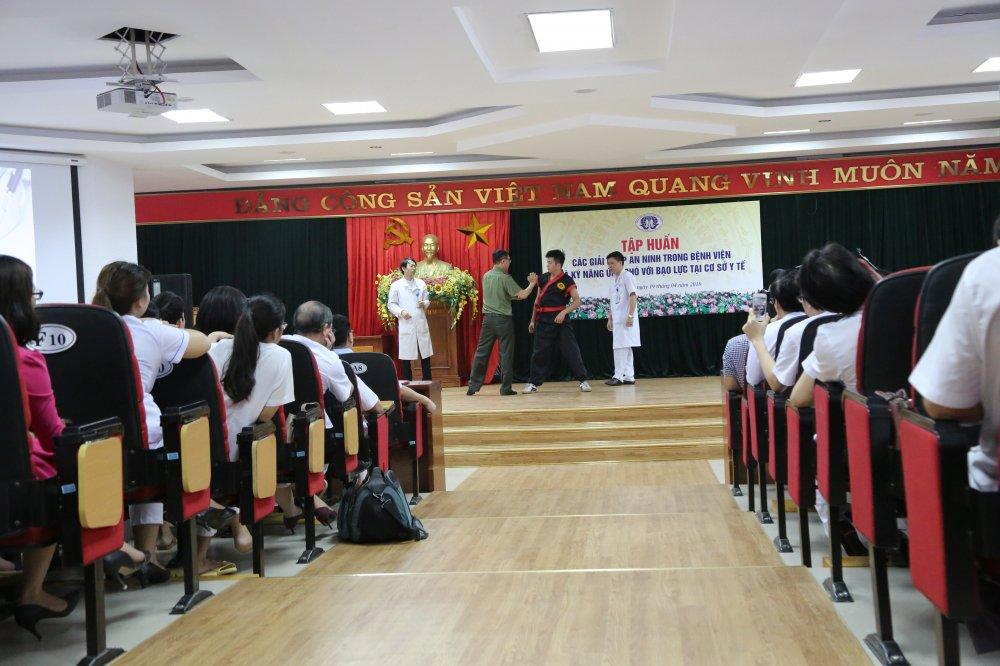 Hon 1.400 nhan vien y te BVDK tinh Phu Tho hoc cach chong bao luc trong benh vien hinh anh 1