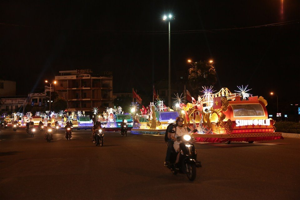 Dem Da Nang khong ngu voi Carnaval duong pho ruc ro sac mau hinh anh 1