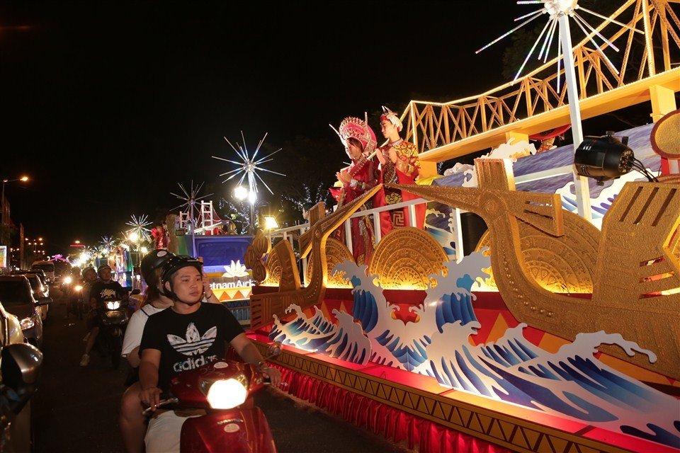 Dem Da Nang khong ngu voi Carnaval duong pho ruc ro sac mau hinh anh 2
