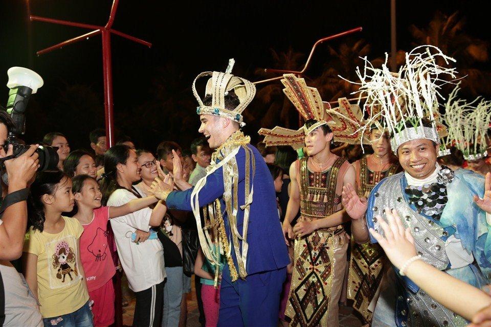 Dem Da Nang khong ngu voi Carnaval duong pho ruc ro sac mau hinh anh 7