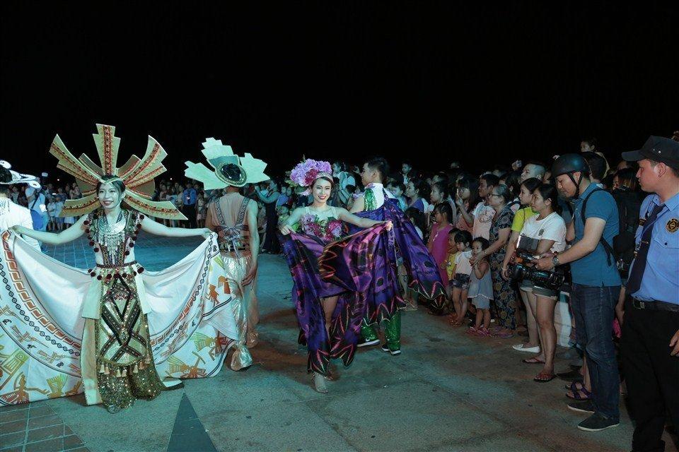 Dem Da Nang khong ngu voi Carnaval duong pho ruc ro sac mau hinh anh 8