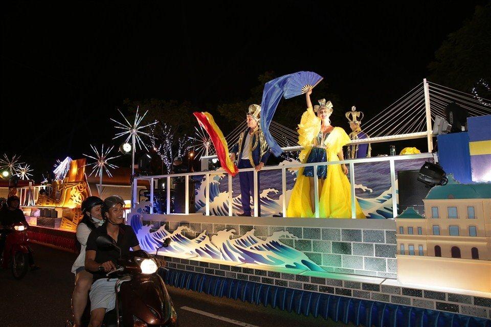 Dem Da Nang khong ngu voi Carnaval duong pho ruc ro sac mau hinh anh 11