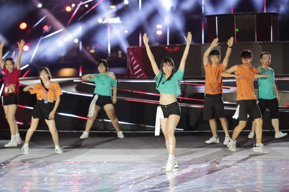 Doi Flashmob Dai hoc Duy Tan: 'Chung toi khong thi. Chung toi trinh dien' hinh anh 2