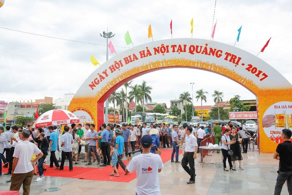 'Chay ve' vao cong Ngay hoi Bia Ha Noi tai Quang Tri hinh anh 2