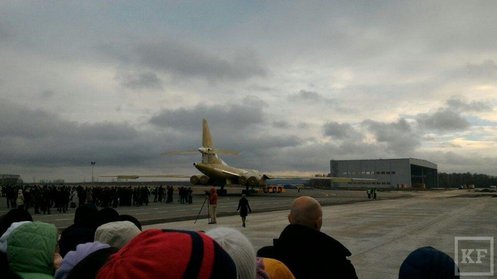 Anh, video: Can canh sieu may bay 'Thien nga trang' Tu-160M2 ra khoi nha may hinh anh 12