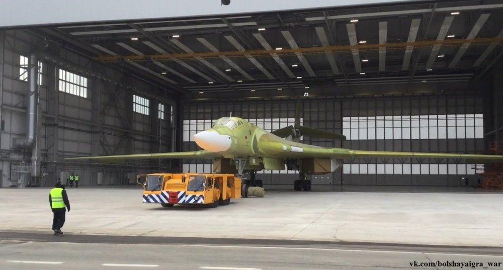Anh, video: Can canh sieu may bay 'Thien nga trang' Tu-160M2 ra khoi nha may hinh anh 4