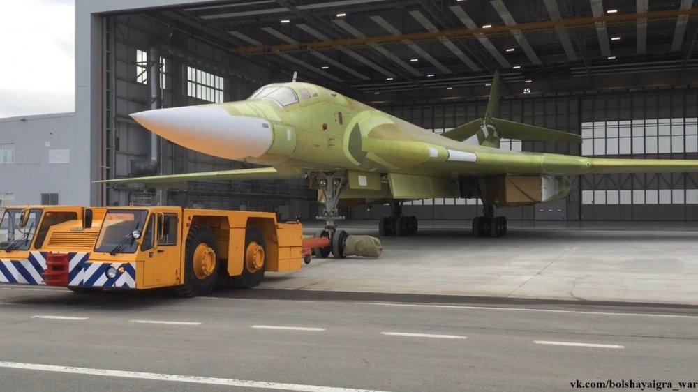 Anh, video: Can canh sieu may bay 'Thien nga trang' Tu-160M2 ra khoi nha may hinh anh 5