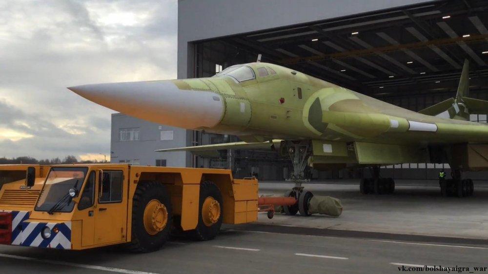Anh, video: Can canh sieu may bay 'Thien nga trang' Tu-160M2 ra khoi nha may hinh anh 6