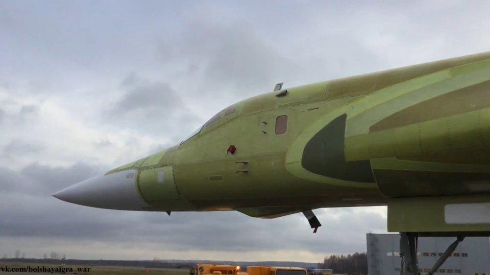 Anh, video: Can canh sieu may bay 'Thien nga trang' Tu-160M2 ra khoi nha may hinh anh 7