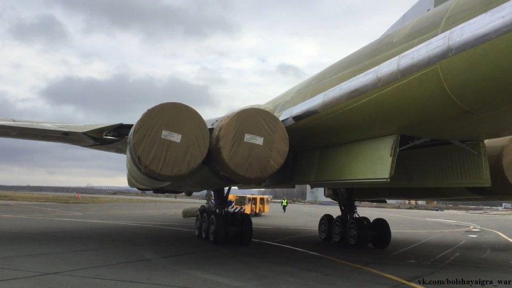 Anh, video: Can canh sieu may bay 'Thien nga trang' Tu-160M2 ra khoi nha may hinh anh 11