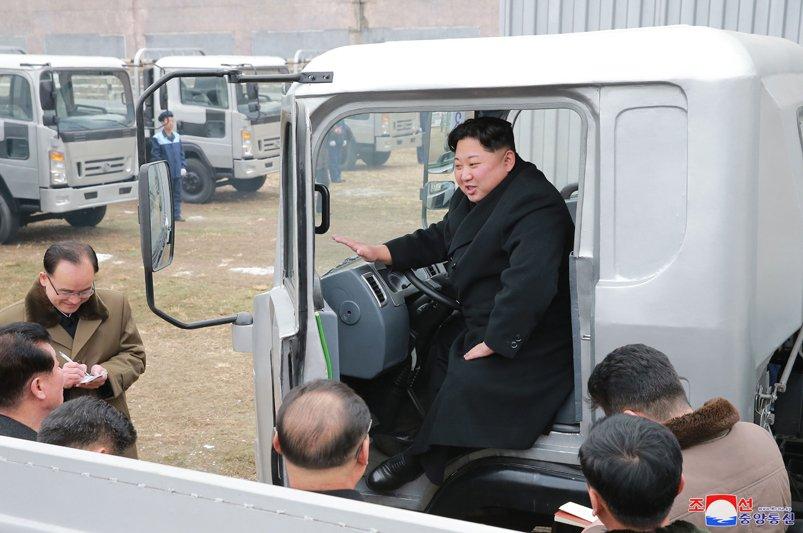 Anh: Chu tich Trieu Tien tuoi cuoi, lai thu xe khi tham nha may o to lau doi hinh anh 13
