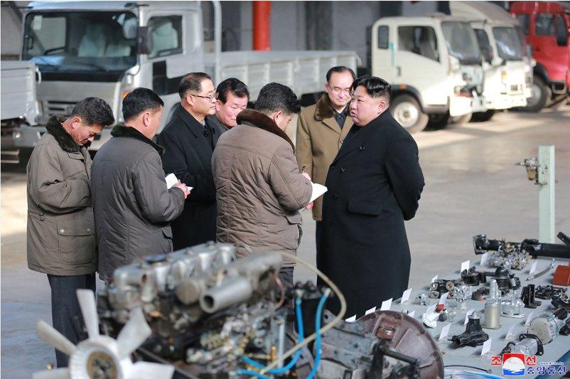Anh: Chu tich Trieu Tien tuoi cuoi, lai thu xe khi tham nha may o to lau doi hinh anh 17