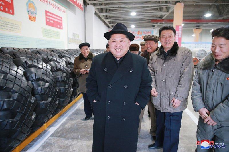 Ong Kim Jong-un tham nha may san xuat lop dac chung cho be phong ten lua vuon den Washington hinh anh 9