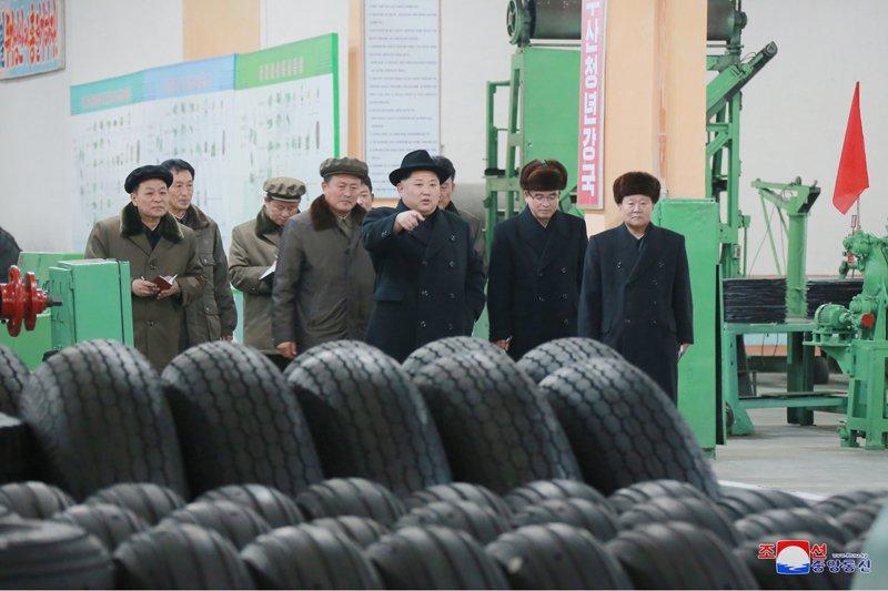 Ong Kim Jong-un tham nha may san xuat lop dac chung cho be phong ten lua vuon den Washington hinh anh 2