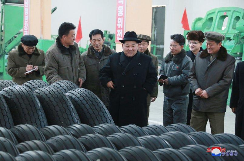 Ong Kim Jong-un tham nha may san xuat lop dac chung cho be phong ten lua vuon den Washington hinh anh 3