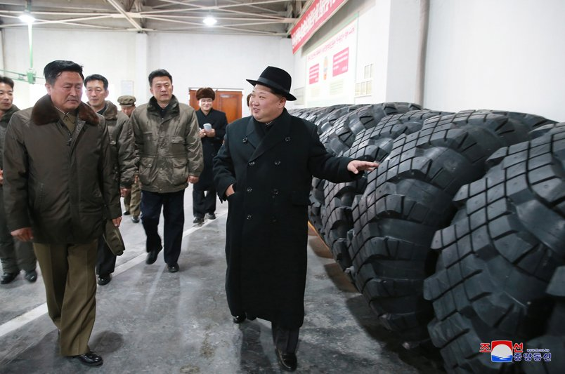 Ong Kim Jong-un tham nha may san xuat lop dac chung cho be phong ten lua vuon den Washington hinh anh 7