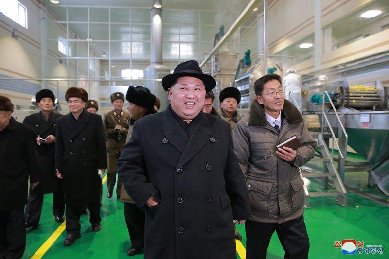 Anh: Ong Kim Jong-un tuoi cuoi tham nha may che bien khoai tay giua luc cang thang hinh anh 16