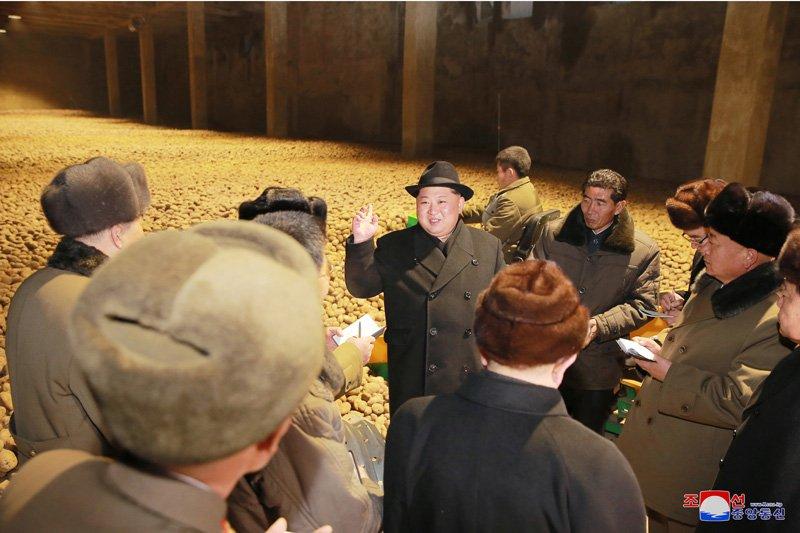 Anh: Ong Kim Jong-un tuoi cuoi tham nha may che bien khoai tay giua luc cang thang hinh anh 4