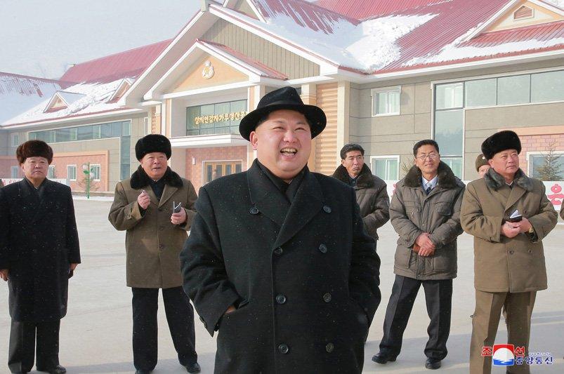 Anh: Ong Kim Jong-un tuoi cuoi tham nha may che bien khoai tay giua luc cang thang hinh anh 2