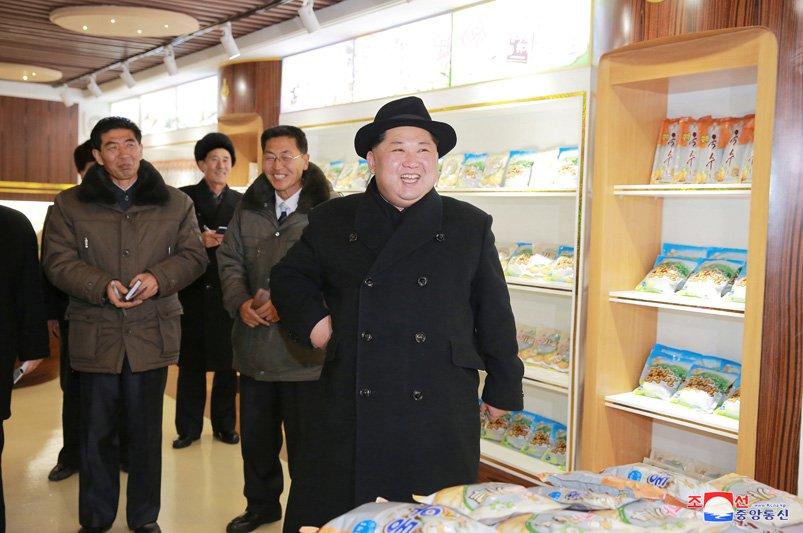 Anh: Ong Kim Jong-un tuoi cuoi tham nha may che bien khoai tay giua luc cang thang hinh anh 25