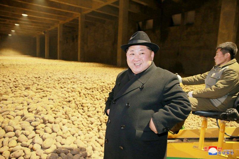 Anh: Ong Kim Jong-un tuoi cuoi tham nha may che bien khoai tay giua luc cang thang hinh anh 5