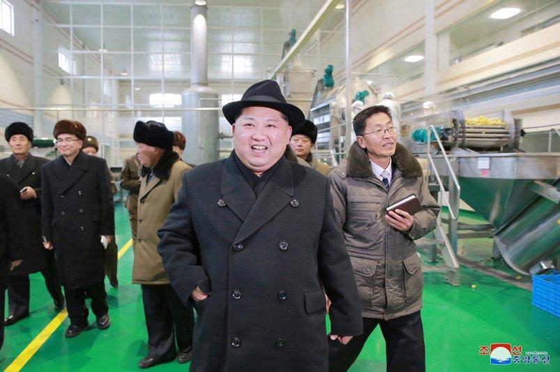 Anh: Ong Kim Jong-un tuoi cuoi tham nha may che bien khoai tay giua luc cang thang hinh anh 18
