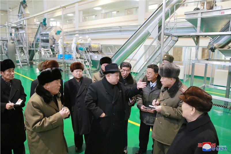 Anh: Ong Kim Jong-un tuoi cuoi tham nha may che bien khoai tay giua luc cang thang hinh anh 20