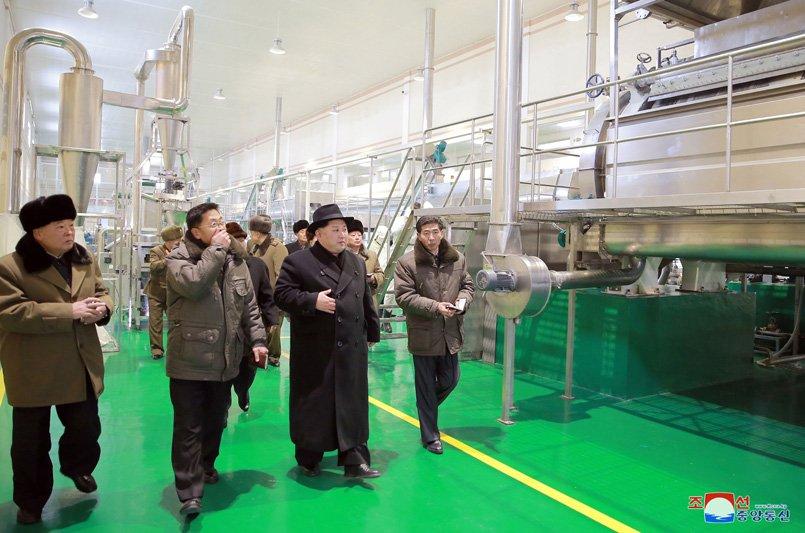 Anh: Ong Kim Jong-un tuoi cuoi tham nha may che bien khoai tay giua luc cang thang hinh anh 21