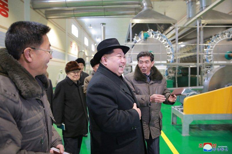 Anh: Ong Kim Jong-un tuoi cuoi tham nha may che bien khoai tay giua luc cang thang hinh anh 22