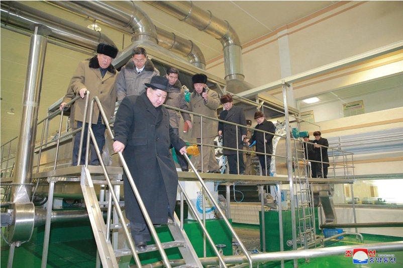 Anh: Ong Kim Jong-un tuoi cuoi tham nha may che bien khoai tay giua luc cang thang hinh anh 23